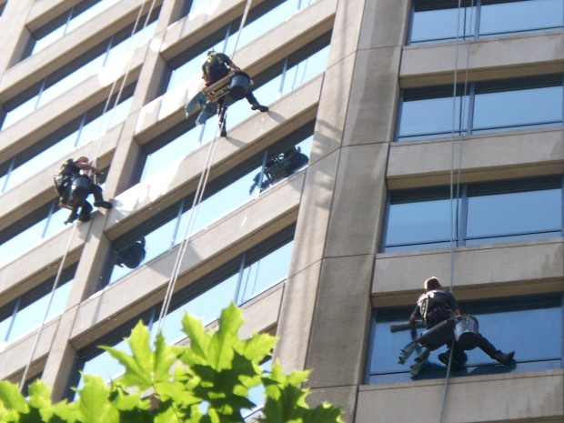 3_window_washers_-_cleaning_the_westlake_center_office_tower