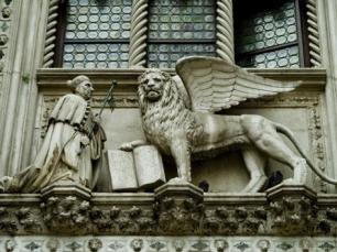 todd-gipstein-statue-of-winged-lion-of-st-marks-and-doge-adorns-building-in-venice-italy