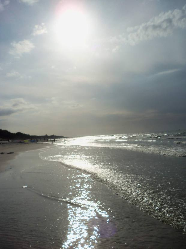 Leba_11.08.19_sun 3_halo_ctre in sand_silhouette